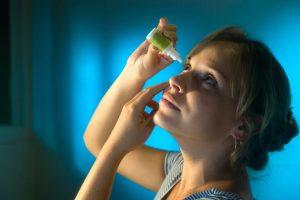 Aprenda a pingar colírio da maneira correta