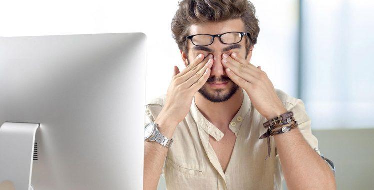 Tem o hábito de coçar os olhos? Conheça os riscos que isso traz