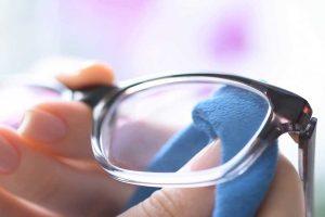 Aprenda a limpar os óculos de grau sem riscar as lentes