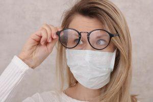 Descubra como não embaçar os óculos ao usar máscara